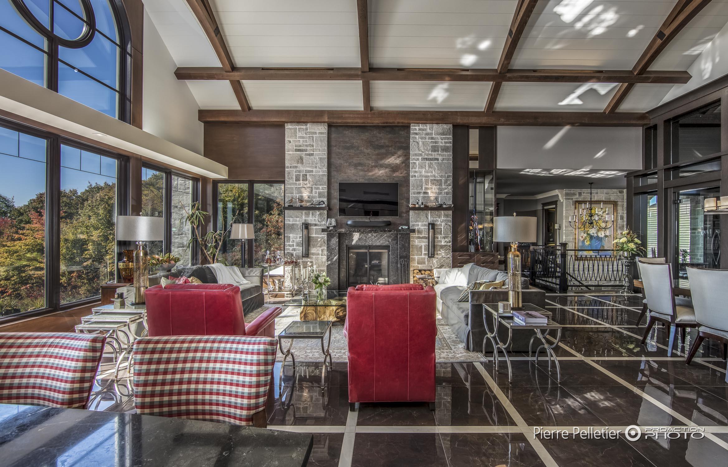interieur maison pierre un double volume traversant bien clair avec de larges baies vitres ct. Black Bedroom Furniture Sets. Home Design Ideas